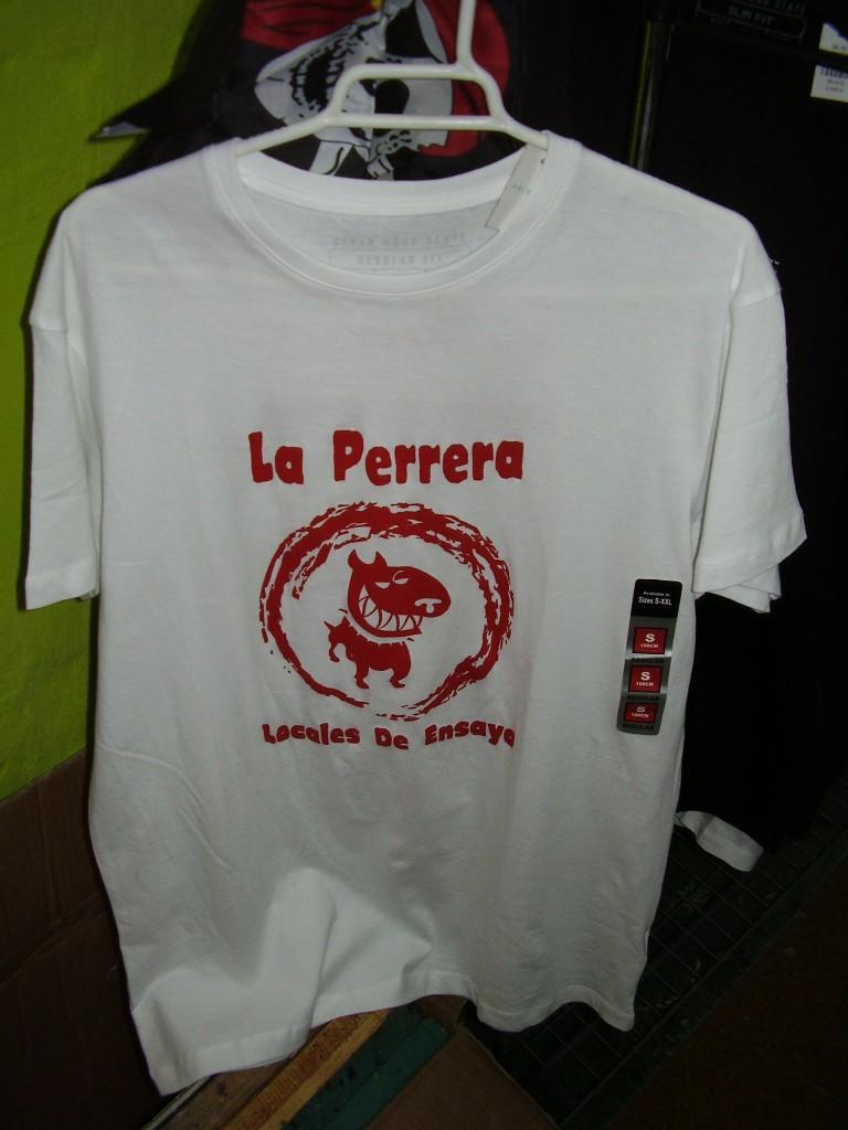 Camiseta blanca tinta roja